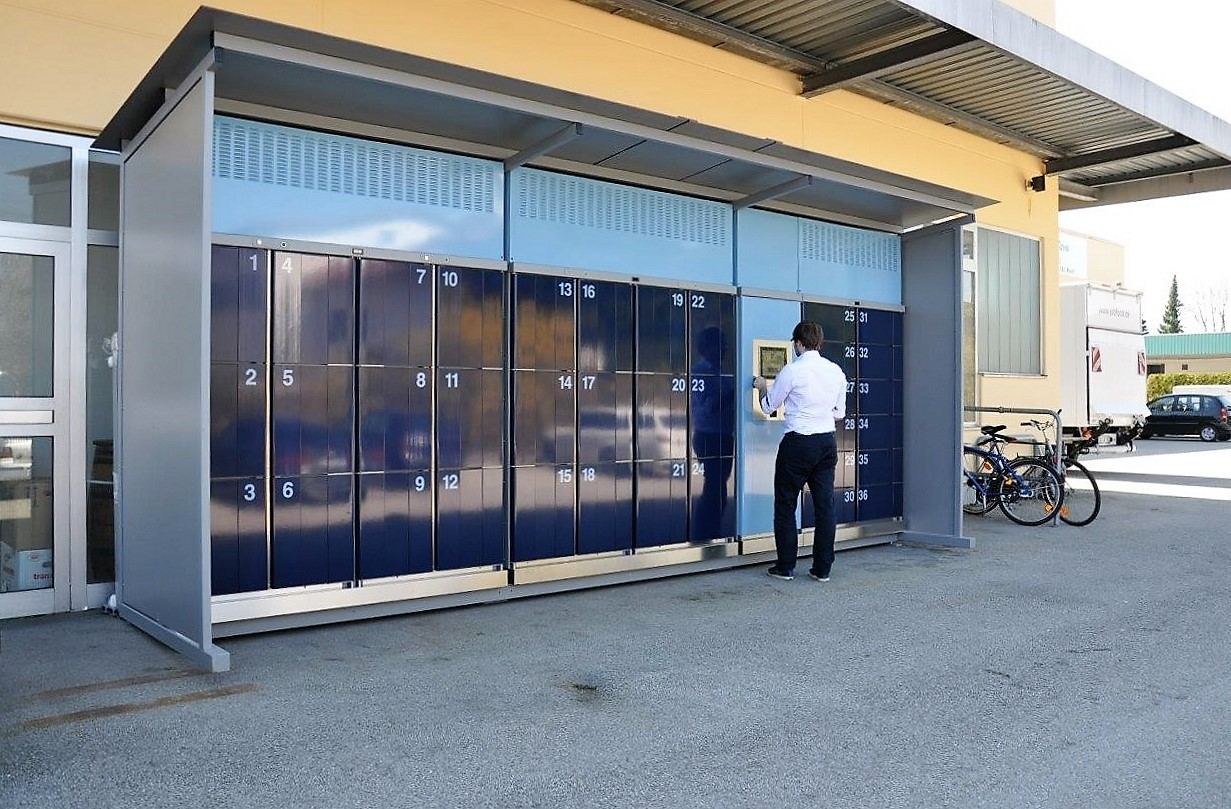 Gekühlte Abholstation cool lockers. Überdachte cool lockers Anlage im Außenbereich. Reicht die Zeit nicht um einkaufen zu gehen, können Lebensmittel online bestellt und an die Anlage geliefert werden.