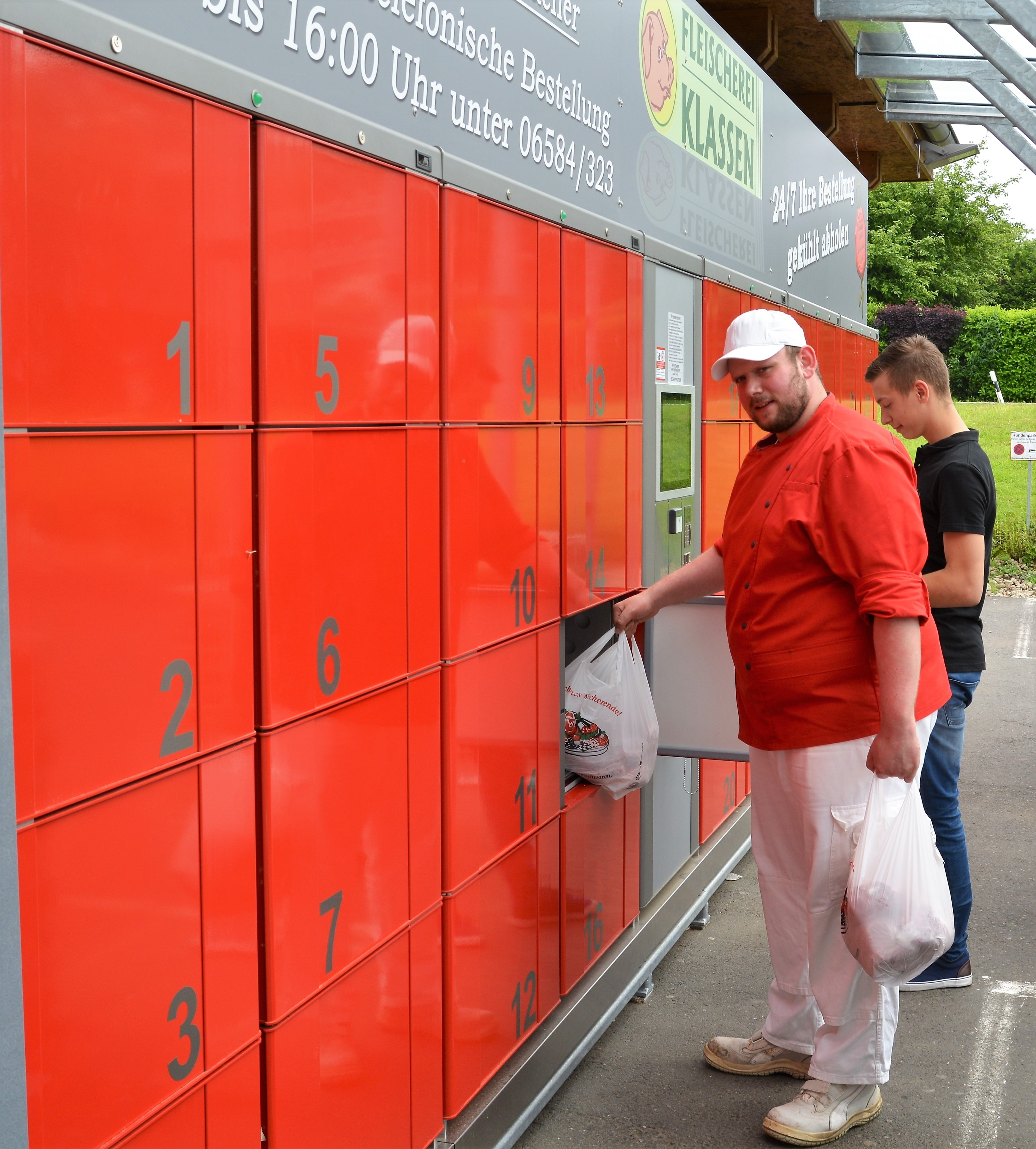 Pickup station cool lockers. Temperature-controlled lockers partly covered outdoors. Pickup station for butchers: the customer orders conveniently online or by phone, the butcher delivers the order to the smart locker system and the customer can pick up the goods at any time. The Click & Collect system allows easy collection and the products are always fresh thanks to the cooling technology.