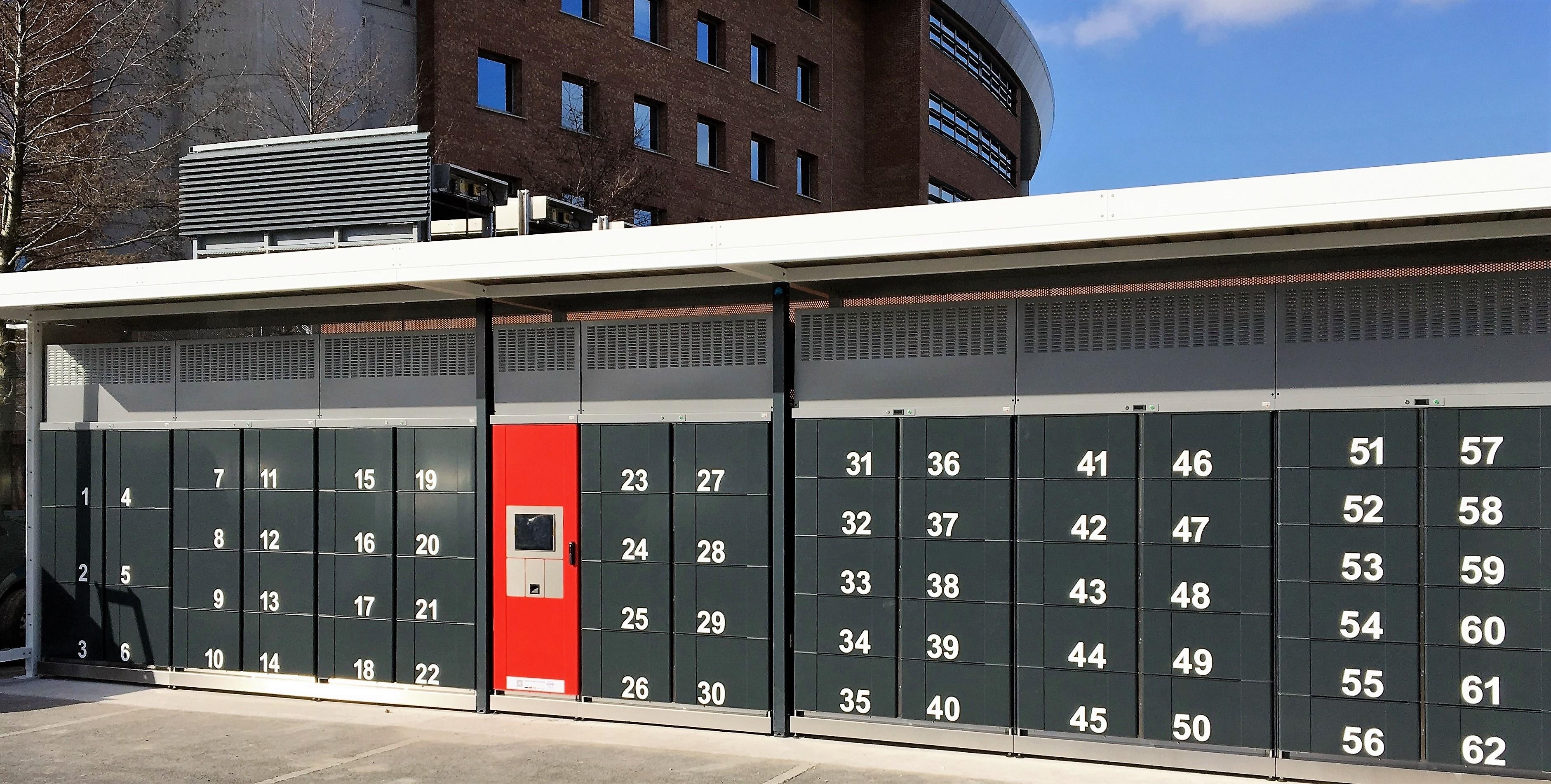 Gekühlte Abholstation cool lockers. Abholfächer für Lebensmittel: Überdachte cool lockers Anlage mit sieben Modulen im Außenbereich.
