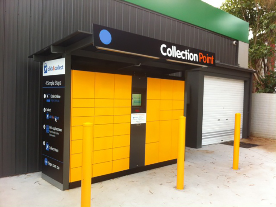 Parcel locker Servicebox – intelligent parcel locker partly covered outdoors. The multi carrier function allowes that the servicebox is used simultaneously by postal service providers, courier services and other service providers.