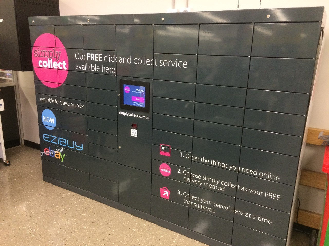 Parcel locker Servicebox – parcel locker for delivery and collection with integrated user station indoors.