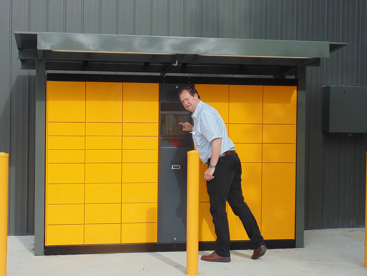 Paketautomat: kann von mehreren Anbietern beliefert werden. Abholung durch den Kunden ist rund um die Uhr möglich.